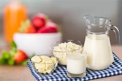 Raccolta dei prodotti lattier-caseario sulla tavola di legno Immagine Stock Libera da Diritti