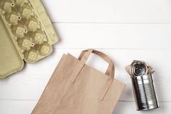 Raccolta dei rifiuti separata: sacco di carta, imballaggio per uova ed alluminio Fotografia Stock Libera da Diritti
