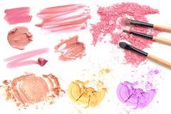Raccolta dei rossetti macchiati e del cosmetico della polvere isolato su bianco Immagini Stock