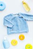 Raccolta dei vestiti e dei giocattoli per la vista superiore del fondo bianco della stanza di bambino Fotografia Stock Libera da Diritti