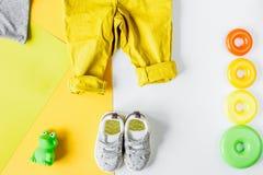 Raccolta dei vestiti e dei giocattoli per la vista superiore della stanza di bambino Immagine Stock
