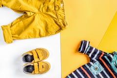 Raccolta dei vestiti e dei giocattoli per la vista superiore della stanza di bambino Fotografia Stock Libera da Diritti