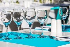 Raccolta dei vetri di vino e della coltelleria vuoti del ristorante Immagini Stock