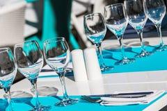 Raccolta dei vetri di vino e della coltelleria vuoti del ristorante Fotografie Stock Libere da Diritti