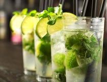 Raccolta del cocktail - Mojito su una barra Fotografie Stock
