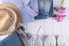 Raccolta del collage dei vestiti e degli accessori di estate del ` s delle donne su bianco, Fotografie Stock