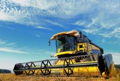 Raccolta del combine nel campo Fotografia Stock