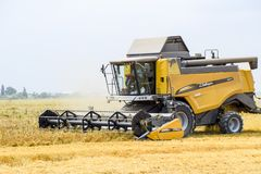 Raccolta del grano con una mietitrebbiatrice Fotografia Stock Libera da Diritti