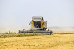 Raccolta del grano con una mietitrebbiatrice Immagini Stock Libere da Diritti