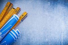 Raccolta del metro di legno blu dei disegni di costruzione sul metalli Immagine Stock Libera da Diritti