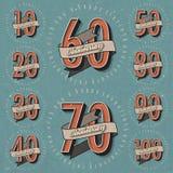 Raccolta del segno di anniversario e progettazione di carte nel retro stile. illustrazione vettoriale
