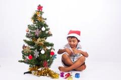 Raccolta dell'albero di Natale del gioco del ragazzo Immagini Stock