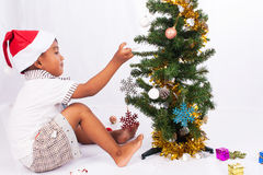 Raccolta dell'albero di Natale del gioco del ragazzo Fotografia Stock Libera da Diritti