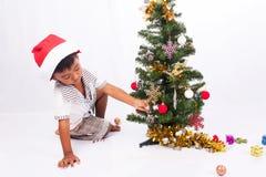 Raccolta dell'albero di Natale del gioco del ragazzo Fotografie Stock Libere da Diritti