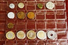Raccolta dell'album della moneta dai paesi differenti Fotografia Stock