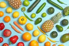 Raccolta dell'arcobaleno della frutta e delle verdure mature immagini stock libere da diritti