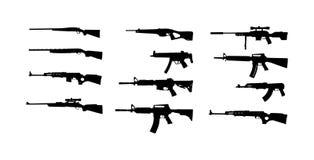 Raccolta dell'illustrazione della siluetta del fucile isolata su fondo bianco Siluetta di simbolo del fucile di tiratore franco,  immagini stock