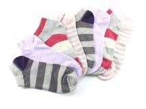 Raccolta dell'isolato colorato dei calzini su fondo bianco Immagini Stock