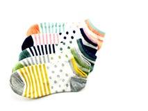 Raccolta dell'isolato colorato dei calzini su fondo bianco Fotografia Stock