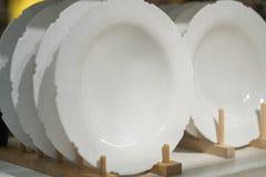 Raccolta dell'utensile della cucina delle ciotole e dei piatti dei piatti di porcellana Fotografie Stock Libere da Diritti