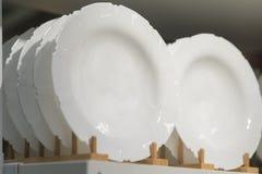 Raccolta dell'utensile della cucina delle ciotole e dei piatti dei piatti di porcellana Fotografia Stock Libera da Diritti