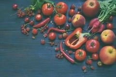 Raccolta della frutta, delle verdure e del fagiolo rossi freschi Concetto sano dell'alimento Prodotto vegetariano Prodotti crudi  Immagine Stock