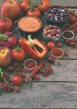 Raccolta della frutta, delle verdure e del fagiolo rossi freschi Concetto sano dell'alimento Prodotto vegetariano Prodotti crudi  Fotografia Stock Libera da Diritti