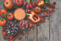 Raccolta della frutta, delle verdure e del fagiolo rossi freschi Concetto sano dell'alimento Prodotto vegetariano Prodotti crudi  Immagine Stock Libera da Diritti