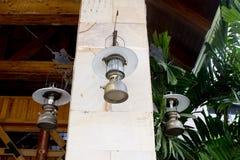Raccolta della lanterna che appende sul gancio sulla colonna di marmo Immagine Stock Libera da Diritti