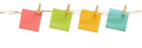Raccolta della nota variopinta della carta di Post-it con la corda della canapa su briciolo Immagine Stock