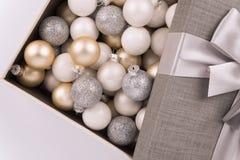 Raccolta della palla di Natale in una scatola Direttamente sopra fotografie stock libere da diritti