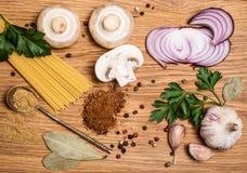 Raccolta della pasta con gli ingredienti freschi su fondo di legno pre Fotografia Stock