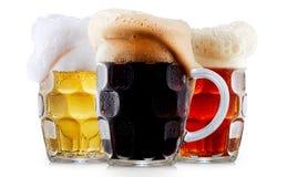 Raccolta della tazza di birra gelida con schiuma Fotografia Stock