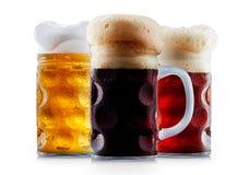 Raccolta della tazza di birra gelida con schiuma Fotografie Stock Libere da Diritti