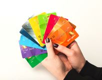Raccolta della tenuta della donna delle carte di credito colourful Immagine Stock Libera da Diritti