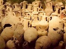 Raccolta delle anfore antiche in museo Fotografia Stock