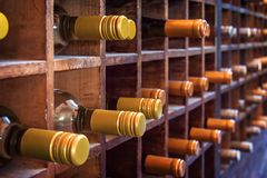 Raccolta delle bottiglie di vino sui casi di legno fotografia stock libera da diritti