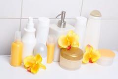 Raccolta delle bottiglie e dei rifornimenti cosmetici bianchi di igiene con la o Immagini Stock