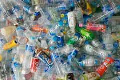 Raccolta delle bottiglie e delle latte di plastica Fotografia Stock Libera da Diritti