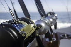 Raccolta delle canne da pesca in una barca ai Caraibi fotografia stock