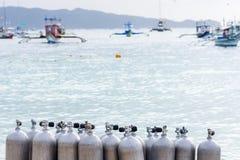 Raccolta delle casse d'aria di immersione con bombole Fotografia Stock