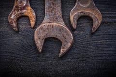 Raccolta delle chiavi di chiave arrugginite sulla costruzione del legno del bordo Immagini Stock Libere da Diritti