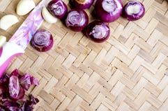 Raccolta delle cipolle e dei chilis freschi sul bambù opaco Fotografia Stock