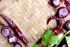 Raccolta delle cipolle e dei chilis freschi sul bambù opaco Immagine Stock Libera da Diritti