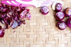 Raccolta delle cipolle e dei chilis freschi sul bambù opaco Fotografia Stock Libera da Diritti