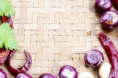 Raccolta delle cipolle e dei chilis freschi sul bambù opaco Immagini Stock Libere da Diritti