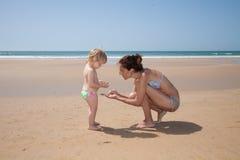 Raccolta delle conchiglie alla spiaggia Fotografia Stock Libera da Diritti