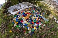 Raccolta delle coperture colorate sui rifiuti Fotografia Stock Libera da Diritti