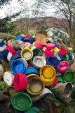 Raccolta delle coperture colorate sui rifiuti Immagini Stock