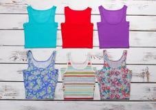 Raccolta delle magliette variopinte Immagini Stock
